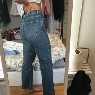 Jeans från weekday i modellen row, avklippta nertill. Frakt ingår :-)