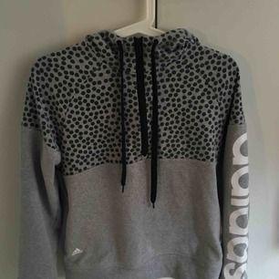 Adidas hoodie med dragkedja upptill. Den är i storlek S men skulle mer säga att den är i XS.