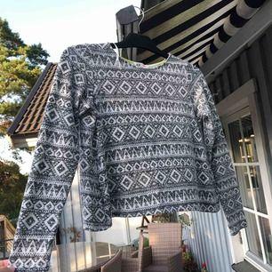 Skön långärmad tröja som är köpt på barn avdelningen men även passar en XS.    Eventuell frakt tillkommer