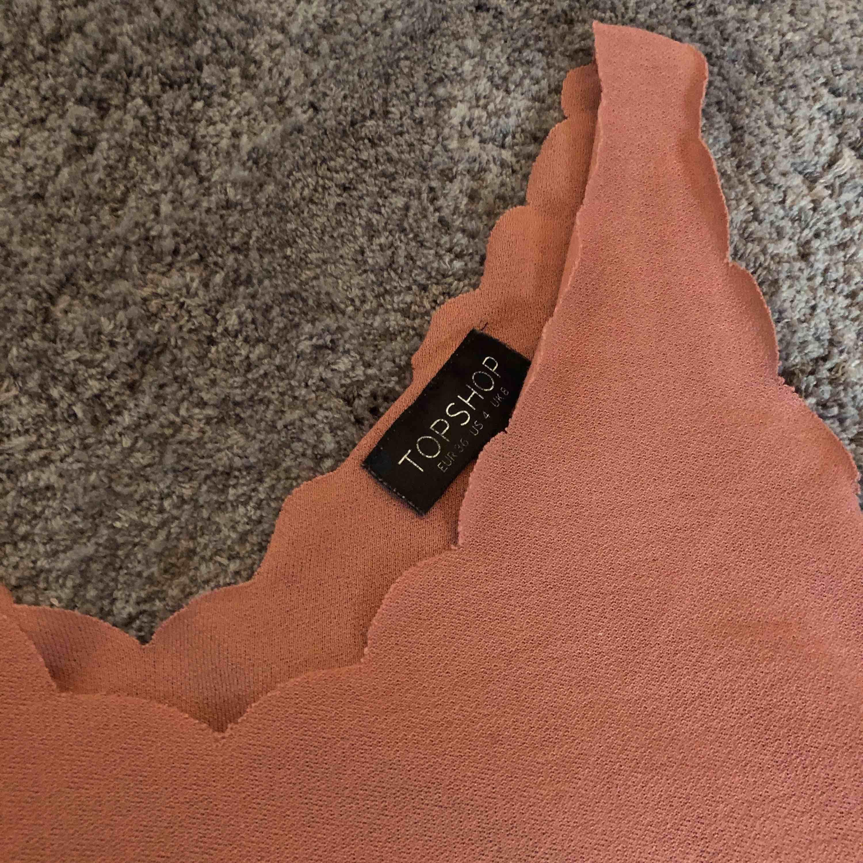 Ett croppat linne från Topshop! . Toppar.