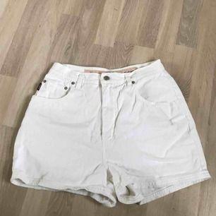"""Vita högmidjade shorts från """"Rocky"""". Står att det är storlek L men jag har S och de passar fortfarande som oversized. Köpta second hand!   Pris kan diskuteras. Kan mötas upp i Göteborg men köparen står för frakt!❤️"""