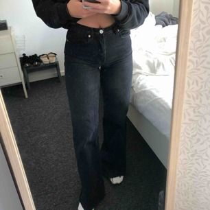 Suuupersnygga jeans från NAKD!  Jag är 162 cm lång och dom är liiite för långa för mig. Frakt tillkommer!  Endast använda 1 gång! Först till kvarn gäller