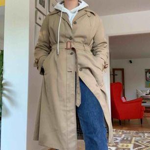 Trenchcoat som aldrig är använd pga storlek. Mysig och bekväm bra till hösten. Kunden står för frakt.