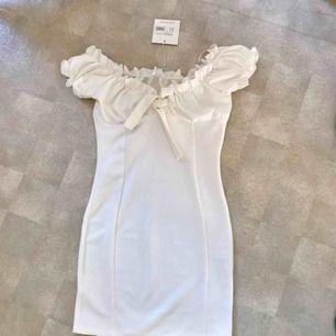 Supersöt vit klänning från missguided. Säljs på grund av att den aldrig kommer till användning. Alla lappar är kvar och vi kan mötas/ jag står för frakten 💃🏽