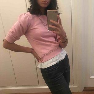 Jättefin rosa  tröja som passar om man vill vara fin men ändå lite ball;) Inte använd mer än en gång och i väldigt bra skick!