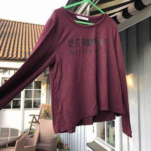 Vinröd och svart randig tröja med tryck   Passar s/m  Sjukt mjuk och tunn   Eventuell frakt tillkommer