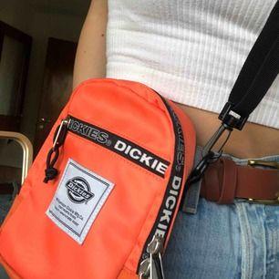 Cool crossbody-väska från dickies, köpt för ungefär ett år sedan men knappt använt den sen dess. Köpare står för frakt! 💖
