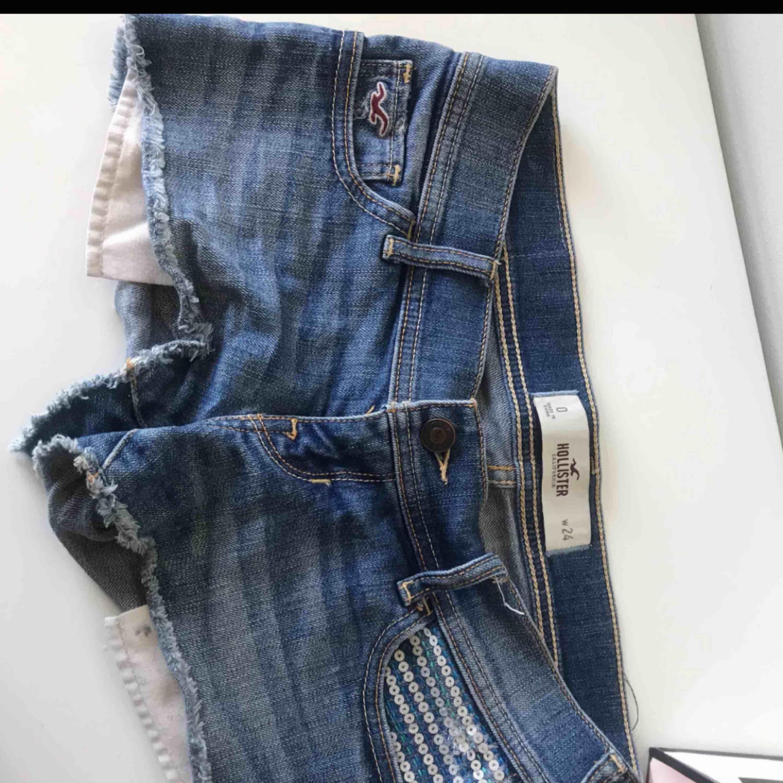 3 par shorts från hollister. 2 par HELT oanvända med prislapp kvar. Köp alla 3 för 400 eller 1 par för 150. Frakt ingår om du köper alla tre annars kostar den dig 60 kr. Kan även mötas upp om det skulle önskas. Shorts.