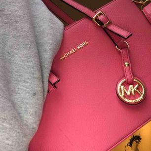 En rosa Michael Kors väska. Vet ej brädden på den men om du är intresserad och vill veta det så kan jag säkert få fram det. Jätte bra skick och aldrig använd, ser ut som ny!