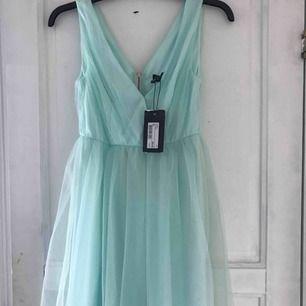 Jättefin balklänning i kortare modell. Klänningen är till knäna ungefär. Aldrig använd och inköpt på MQ för 599kr. Storlek 32