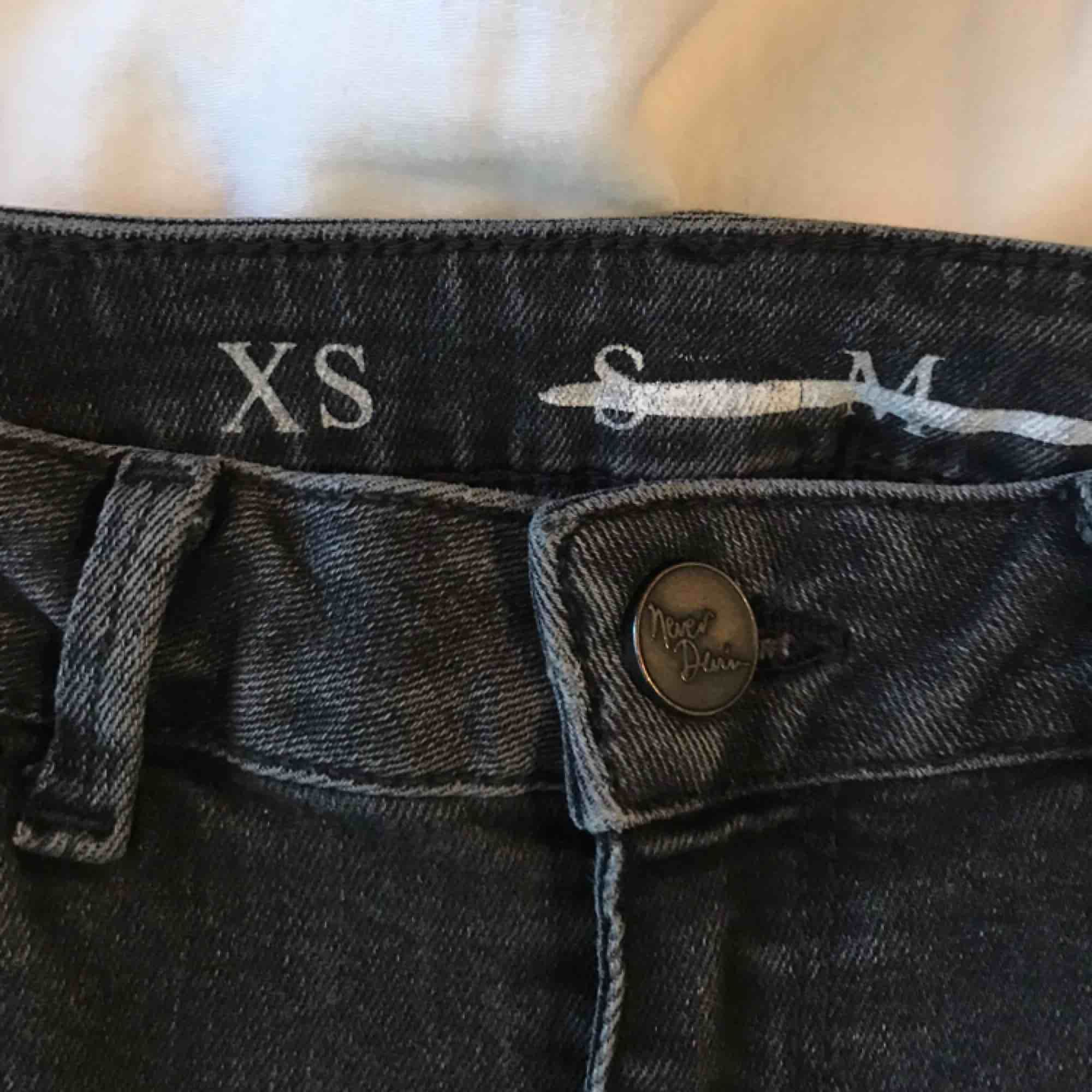 Ett par mörka stretchiga jeans från BikBok med raka/skinny ben. Sitter som ganska tighta jeans till storlek S. Köpta för några år sen men fortfarande bra skick!🥰. Jeans & Byxor.