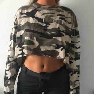 Fin cropad långärmad tröja i militärtryck. Använd ett fåtal gånger relativt ny.  Frakt betalas av kund 💖