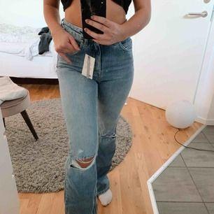 Såå snygga ljusblåa flared jeans med perfekta hål på knäna!😍helt oanvända med prislapp. Säljer dem pga att dom är lite förstora för mig i midjan, samt lite för långs för mig som är 1,60 cm😃Fraktar men köparen står för fraktkostnad