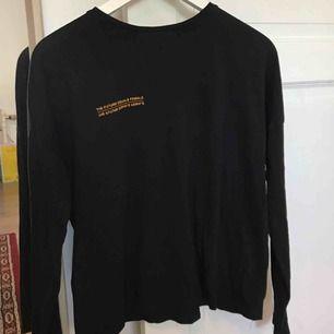 """En långärmad tshirt i oversize modell med """"the future equals female"""" tryck från Nakd💃🏽 bra skick!"""