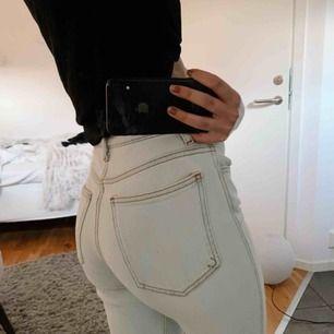 Väldigt ljusblåa jeans i straight modell men snygga kontrastsömmar. Färgen gör sig inte rättvis på bild, kan skicka fler bilder om det önskas😃fraktar men köpare står för fraktkostnad!