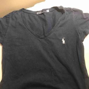 As fin Ralph lauren t-shirt köpt i USA. V-ringad som en extra touch. Frakten är inräknad i priset, fraktar endast