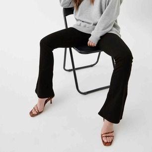 Svarta bootcut jeans, använda 1 gång! Säljer de för halva inköpspriset🥰