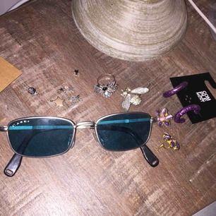 Oanvända solglasögon med blått glas och silver detaljer. OBS: damm på senaste bilden!! Helt felfria <3