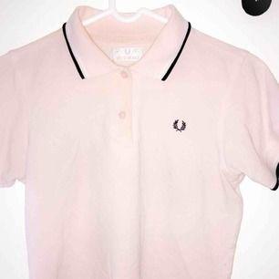 Mycket fin piké tröja från Fred Perry  - Storlek XS/S - Mycket bra skick  Möts inom Stockholm elee fraktar :)
