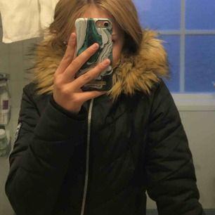 Säljer nu min Svea jacka som endast är använd runt 1 månad vintern 2018-2019. Den är köpt för 1299 kr på Intersport. Det är barnstorlek 160 men passar mig som har xs! Kan gå ner lite i pris vid snabb affär 🥰 hör av er för fler bilder!