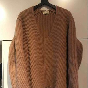 Underbar stickad tröja i 100% ull från Acne Studios. Modell Deborah Wool i färgen Caramel Brown. Storlek XS som passar XS-M beroende på önskad passform. Mycket sparsamt använd och i toppskick! Finns i butik nu för 2700kr