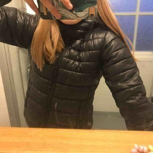 Säljer nu min jacka från Replay. Den är köpt för 999kr på kidsbrandstore hösten 2018. Superbra skick! Det är fakedun men sjukt varm. Funkar till både höst och vinter. Det är storlek 154 men passar mig som bär xs! Hör av er för för bilder, info mm.