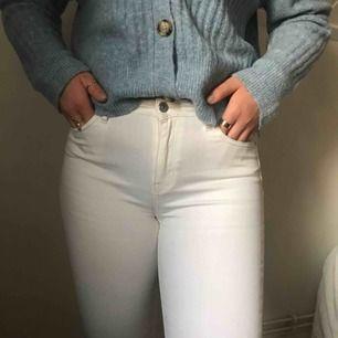Vita jeans från Gina tricot, inte genomskinliga och är i bra skick!