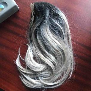 Front lace peruk från Rapunzel of sweden! Köpt av en tjej men kom aldrig till användning! Den är i nyskick. Skriv för fler bilder/frågor!🌼 Möts helst upp! Annars står du för fraktkostnad 🌸
