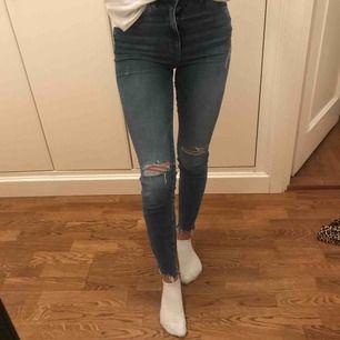 Snygga ripped jeans med stretch. Super snygga på och sköna. Inte använda så ofta och i väldigt bra skick. High-waisted.