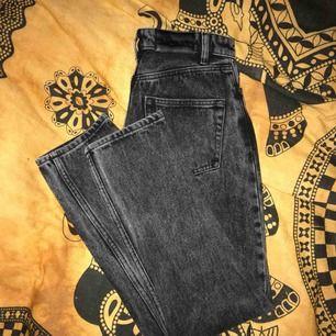 Mom jeans från monki i nyskick! Tyvärr för små för mig. Plick gör så dem ser fläckiga ut på 1a bilden vilket dem ej är. Skriv för fler bilder/frågor!🌼 Möts helst upp! Annars står du för fraktkostnad 🌸