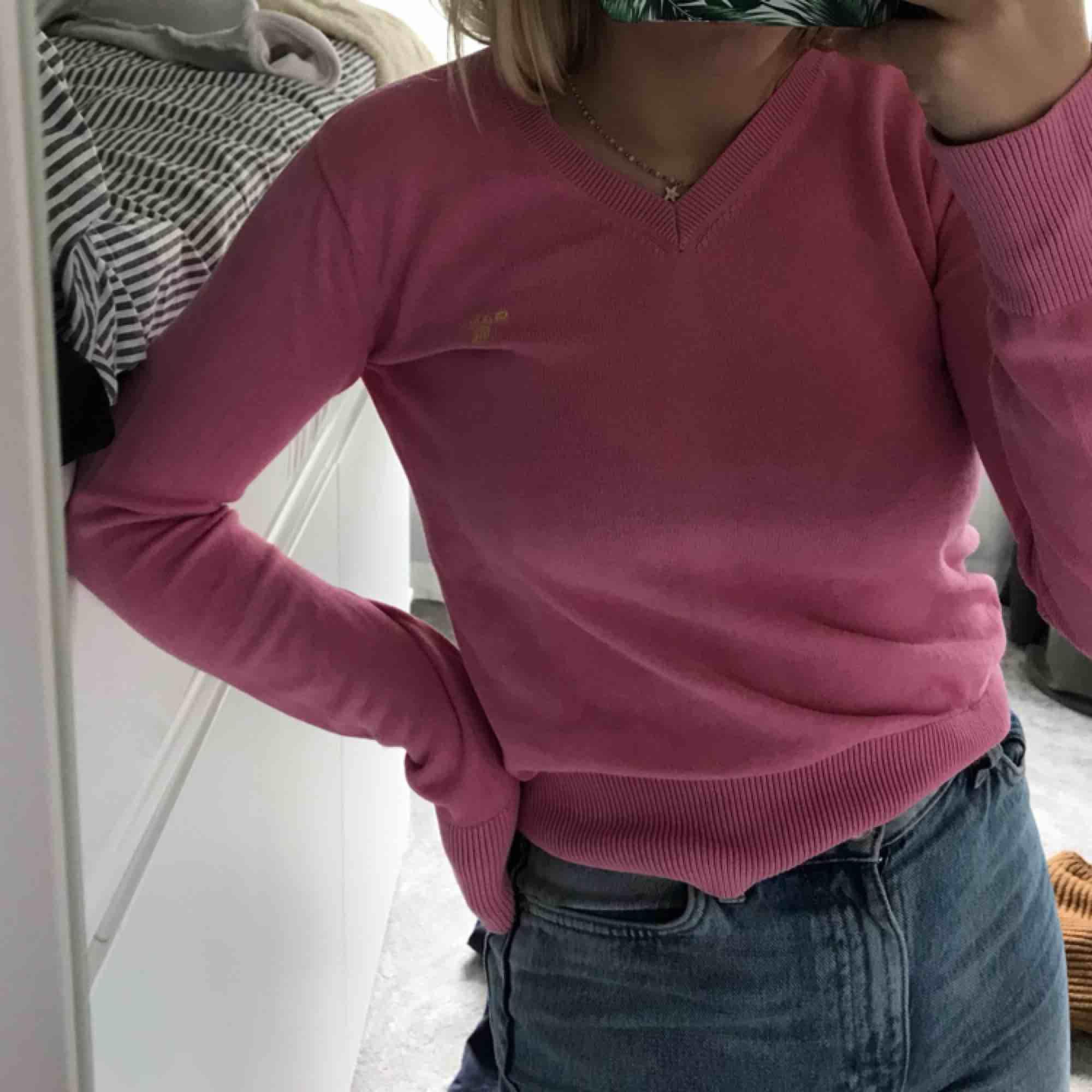 Rosa gant tröja köpt second hand inga slitningar. Tröjor & Koftor.