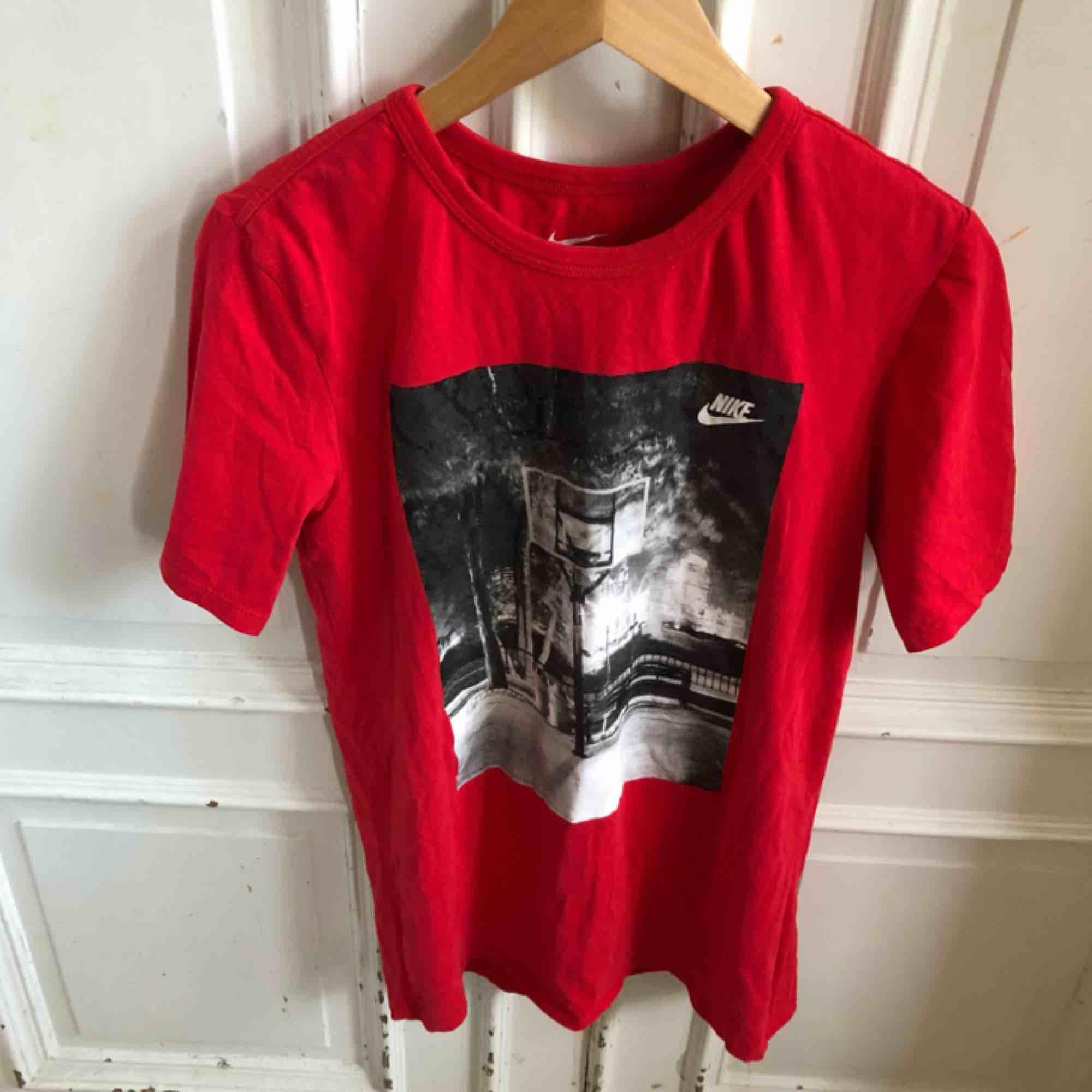Kan hämtas i Uppsala eller skickas mot fraktkostnad . T-shirts.