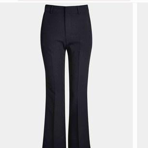 Säljer de populära utsvängda kostymbyxorna från bikbok i storlek xs, nypris 399 kr