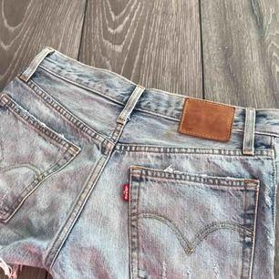 Supersnygga ljusa Levis shorts, liten fläck i bak, storlek 25! 💫