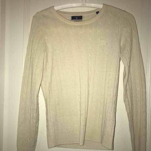 Nästan oanvänd kabel stickad gant tröja som jag säljer pga att det inte är min stil. Frakt: 40kr