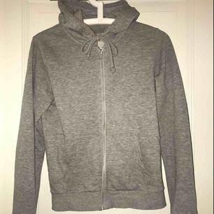 Grå basic tröja från hm som jag säljer pga att den inte kommer till användning. Frakt: 35kr