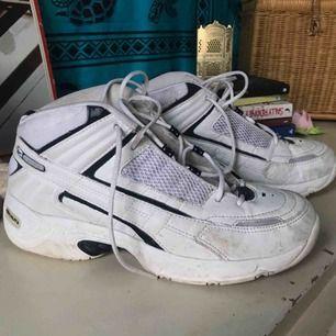 Reebok skor i bra skick! Använder för lite. De behöver bara lite kärlek så är de som nya igen! Jag har storlek 36/37 och har använt dessa med tjocka strumpor i! Funkar perfekt!  Möts helst upp🌼 Annars står du för fraktkostnad🌻