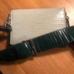 Grön och mintfärgad väska från Carin Wester  Fint skick! Ingår även ett smalt axelband till (oanvänt) se bild nr 3.