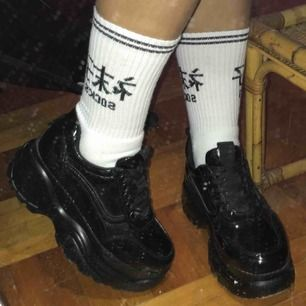 """Köpte dessa på nastygal och kvaliten på sulan var sämst, därav billigt pris. Sulan är ganska hård så skorna ger ifrån sig ett diskret """"klack"""" ljud när man går. Förrutom det är de väldans balla! Möts helst upp🌼 Annars står du för fraktkostnad🌻"""