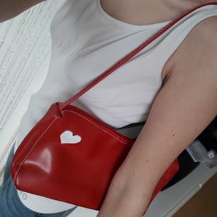 Röd väska köpt här secondhand! Supercute i 90's stil! Frakt: 63:- spårbart! Jag sänker inte priset. Köp innan 1Nov! Jag flyttar det datumet.