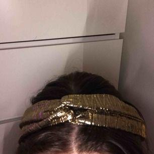 Ett guldigt hårband. Oanvänt och i bra skick. Frakt ingår i priset🌎