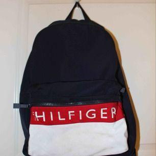 Tommy Hilfiger X Zalando ryggsäck som inte går att köpa längre⚡️ Mycket använd så den är lite smutsig på det vita tyget (bild 2) men annars är den i ett bra skick och har mycket kvar att ge! 💕