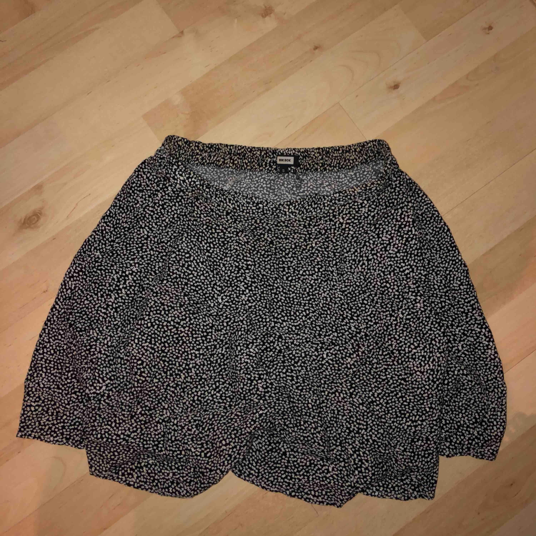 Söt kjol från bikbok med resår i midjan. Kjolar.