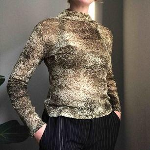 Frakt ingår! Fantastisk långärmad polotröja i ett skirt och aningen transparent material i grönt med ett spräckligt mönster • ingen lapp men sitter som en M • från O.O.P.S Jeans, mkt bra skick!