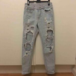 Ljusblå jeans med hål över stora partier av benen, skitsnygga!! Säljer då de tyvärr inte kommit till användning på sista tiden. Frakt på 69kr tillkommer.