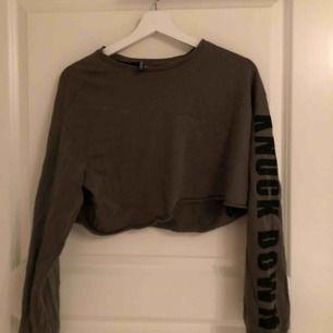Cropad militärgrön tröja med tryck på ärmen