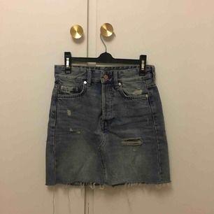 Skitsnygg jeanskjol från Gina. Säljer pga att den tyvärr är för liten för mig. Frakt på 69kr tillkommer!