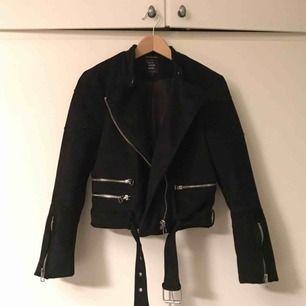 Faux Suede biker jacket i svart. Storlek: M. Bra för en S får plats med tjocktröja under. Aldrig använd.