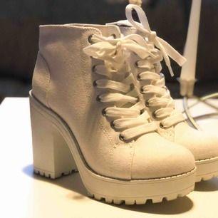 Vita skor från H&M, storlek 36. Använda ett fåtal gånger, nyskick!