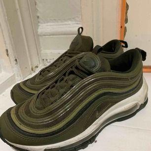 Supersnygga gröna Nike 97or i fint skick!! Säljer för 500kr + 50kr frakt